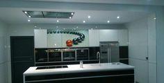Diseño de cocina realizado por COCINAS BENAMU con campana de techo Pando E-200 de 150cm.