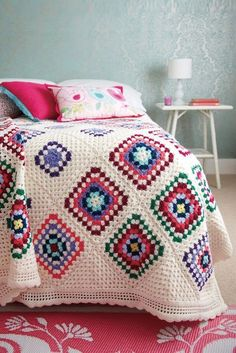 THIS IS A PAID PATTERN. However, it looks incredibly easy to reproduce. Crocheted bedspread with different size granny squares.Crocheted bedspread with different size granny squares on cream base. The 2 rows of cream looks good, I could do this to make ou Point Granny Au Crochet, Granny Square Crochet Pattern, Crochet Squares, Crochet Blanket Patterns, Crochet Blankets, Crochet Afghans, Crochet Bedspread Pattern, Crochet Edgings, Knitted Throws