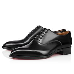 The sophisticated Flatters shoe displays a slender and tapered silhouette, reminiscent of the 1970s London music scene look. Entirely in black leather, the minimal lines of its upper are highlighted by delicate finishes which represent Maison Christian Louboutin expertise. This is an urban and practical shoe that expresses elegance. Men's Shoes, Shoe Boots, Dress Shoes, Louboutin Online, Shoe Display, Red Sole, Formal Shoes, Black Flats, Online Boutiques