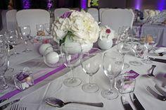 Centre de table blanc, chemin de table avec rubans de satin parles et argent