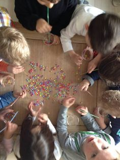 Probeer zoveel mogelijk smarties op te zuigen met een rietje en in de beker te laten vallen. Games For Kids, Diy For Kids, Crafts For Kids, Party Activities, Activities For Kids, Girl Birthday, Birthday Parties, Party Pops, Batman Party