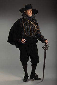Le costume renaissance espagnole avec sa fraise est disponible à la location.