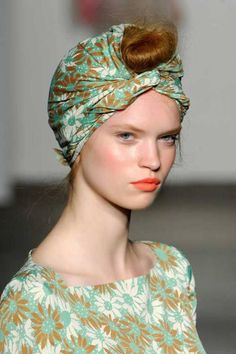 modern vintage turban + bun look Bad Hair Day, Head Turban, Scarf Head, Coral Lips, Turbans, Headscarves, Turban Style, Mi Long, Hair Dos