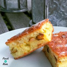 This Low Syn Orange, Pistachio and Cardamon Drizzle Cake is full of flavour and only 1 syn a slice! Easy to make and enjoy on the Slimming World plan Slimming World Cake, Cardamon Recipes, Gourmet Recipes, Cooking Recipes, Diabetic Recipes, White Chocolate Blondies, Cardamom Cake, Pinch Of Nom, Jaffa Cake
