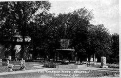 <p>Le parc Chartier est ainsi nommé en souvenir de l'abbé Jean-Baptiste Chartier (1832-1917), le premier curé de la paroisse Saint-Edmond. En 1882, on y tenait un marché public, lequel s'est adapté au fil du temps, selon les besoins de différentes époques.</p>