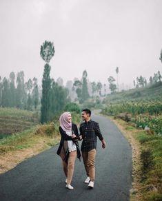 Pre Wedding Shoot Ideas, Pre Wedding Poses, Wedding Couple Poses, Pre Wedding Photoshoot, Couple Posing, Prewedding Outdoor, Prewedding Hijab, Foto Wedding, Collor