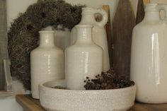 Kruik, vaas en schaal van aardewerk