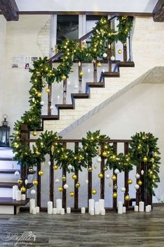 Декор лестницы хвоей и ёлочными игрушками