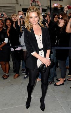 Eu adorei a produção da Kate Moss para o evento da Topshop. Macaquinho bege e todo o resto preto. Também gostei do cabelo e dos olhos de gatinha.