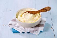 Prøv pisket smør til bakt potet, biff, fisk eller grillede grøntsaker! Eller rett og slett som et alternativ til vanlig smør på godt brød. Luften fra piskingen gjør at smaken kommer ekstra godt fram. Smaken av restaurant - hjemme på ditt eget kjøkken! Flavored Butter, Tapas, Icing, Peanut Butter, Ice Cream, Snacks, Desserts, Alternative, No Churn Ice Cream