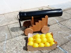 Sind Eure Kinder zu groß für's Bällebad? Macht nichts! Als Kanonenkugeln für eure selbst gebaute Kanone werden die Bälle wieder interessant! Wetten?