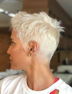 Deborah Secco fala sobre cabelo loiro platinado: Corte radical e cor radical Edgy Short Hair, Short Hair Cuts, Medium Hair Styles, Curly Hair Styles, Traditional Hairstyle, Shot Hair Styles, Funky Hairstyles, Pixie Haircut, Gorgeous Hair