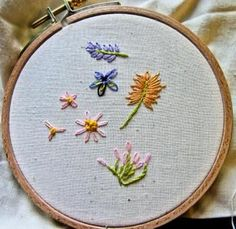 Japanese Embroidery Flowers Lazy Daisy Stitch Flowers I love this site - guide to easy flower embroideries! Plus Stitch index Sashiko Embroidery, Simple Embroidery, Embroidery Needles, Japanese Embroidery, Learn Embroidery, Silk Ribbon Embroidery, Embroidery For Beginners, Vintage Embroidery, Embroidery Techniques