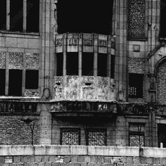 akg-images -Berlin Wall / Deserted building / 1962Berlin, Berlin Wall.  An evacuated building along the sector border which has been walled up: a former bay window has been transformed into a watchpost with embrasures for firing weapons.  Photo, 5 June 1962.Gert Schütz