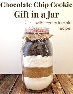 Chocolate Chip Cookie Gift In A Jar by The Happier Home Maker - Best Mason Jar Food Gifts. Mason jar recipes gifts Mason Jar Cookie Recipes, Mason Jar Cookies, Mason Jar Meals, Meals In A Jar, Jar Recipes, Mason Jars, Chocolate Chip Cookie Mix, Chocolate Chip Recipes, Chocolate Chip Oatmeal