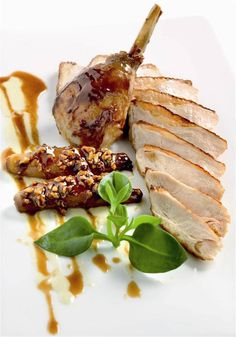 44 Meat Presentation Ideas With Undercooked Sauce - Food Meat Recipes, Gourmet Recipes, Cooking Recipes, Romantic Meals, Teller, Food Presentation, Food Plating, Food Design, Food Art