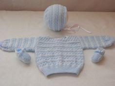 Este conjunto está compuesto por jersey, gorrito y patucos. Color: azul y blanco Talla: 1-3 meses Materiales: lana, perlé y cinta de raso