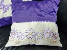 Capas de almofadas em tecido gorgurão na cor roxa, fechadas com zíper.  Capa personalizada com bordados motivo flores e borboletas.  Única!!!!    Medida 43cmx43cm