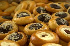 800 koláčků (500 tvaroh + 300 mák - ořech - povidla) Bagel, Doughnut, Bread, Desserts, Food, Tailgate Desserts, Deserts, Brot, Essen