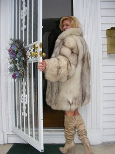 I love Fur and Ladies in Fur High Fashion Makeup, Fur Fashion, Womens Fashion, Jacket Outfit, Fur Jacket, White Fox, Blue And White, Fox Fur Coat, Fur Coats