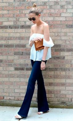 Street style look com calça flare.