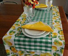 Dê boas vindas aos seus convidados com estilo! Esse Caminho de Mesa é uma versão moderna da toalha de mesa. Totalmente personalizado, pode ser maravilhoso no seu almoço, jantar, lanche, churrasco ou festa. Pode ser usado de forma prática e versátil. Ótimo item para sua casa de campo, praia ou p... Table Runner And Placemats, Quilted Table Runners, Bird Quilt Blocks, Kitchen Window Valances, Lemon Kitchen, Vintage Tablecloths, Kitchen Linens, Food Crafts, Mug Rugs