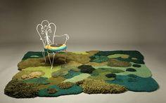 Usando tons de terra e tecidos texturizados, a artista imita musgos, lagos e arbustos; tudo é produzido utilizando fios descartados por…