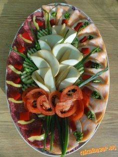 Party Food Platters, Veggie Platters, Food Buffet, Fruit Buffet, Food Crafts, Diy Food, Food Plating Techniques, Food Sculpture, Food Carving