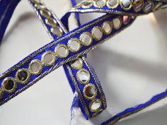 Espejo de las lentejuelas azul tradicional Recortar borde de encaje de Trabajo para la frontera de seda Sari. Trim es de aproximadamente 0,5 pulgadas de ancho. Esta impresionante de encaje se...