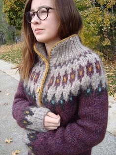 Icelandic hand knit sweater – on Ravelry - Poncho stricken Fair Isle Knitting, Hand Knitting, Punto Fair Isle, Norwegian Knitting, Icelandic Sweaters, Hand Knitted Sweaters, How To Purl Knit, Knit Or Crochet, Crochet Jacket