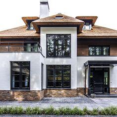 696 vind-ik-leuks, 38 reacties - The Art of Living Online (Sarah Markel. Villa Interior, Home Interior Design, Garden Architecture, Residential Architecture, Beautiful Villas, Beautiful Homes, Resorts, House Blueprints, Dream House Exterior