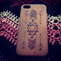 R wood - Raíces indígenas Estilosas carcasas de madera diseñadas a mano.