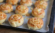 Enkle pizzasnurrer med ost og skinke | EXTRA Doughnut, Tin, Muffins, Pizza, Baking, Nachos, Breakfast, Desserts, Food