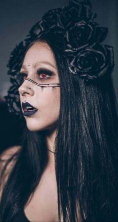 Makeup dark queen gothic witch ideas Make-up Dark Queen Gothic Hexe Ideen Gothic Makeup, Witchy Makeup, Dark Makeup, Dark Halloween Makeup, Gothic Halloween Costumes, Dark Costumes, Scary Halloween, Halloween Ideas, Halloween Party
