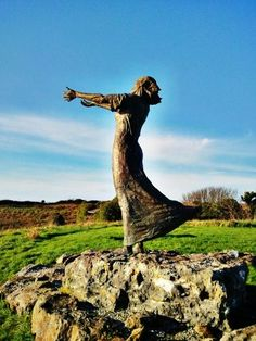 Waiting on the Shore is a highly evocative statue of a woman with her arms outstretched to sea at Rosses Point in Co Sligo.  It was created by sculptor Niall Bruton and pays tribute to the men who sailed the seas off the west coast of Ireland, and to the women who waited at home and prayed for their safe return. Statues, Ireland Pictures, Irish Eyes Are Smiling, Ireland Homes, Republic Of Ireland, Emerald Isle, Connemara, Ireland Travel, British Isles