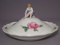 Meissen - Salad bowl with lid putto red rose, colorful, gold rim (pattern 020110) Diameter 26.5 cm, height 15 cm Knauf-time 2 scratch marks very rarely with Putto