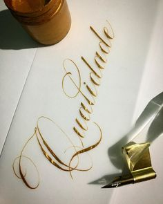 "Júlio Cézar Cestálio ✍🏻🖋 on Instagram: ""🖋✍🏻 . . . . . . . Ink: Gouache Royal Talens Gold  803 @oescriba  Oblique pen Holder: @ronaldomazzini  Nib: Leonardt EF Principal @oescriba…"" Basic Calligraphy, Calligraphy For Beginners, Calligraphy Tutorial, Copperplate Calligraphy, Hand Lettering Tutorial, Calligraphy Alphabet, Penmanship, Tattoo Lettering Fonts, Lettering Styles"