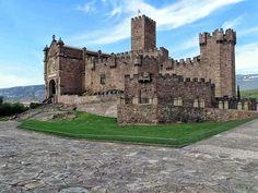 En tu visita a #Navarra, no puedes dejar de visitar el Castillo de Javier  http://www.turismo.navarra.es/esp/organice-viaje/recurso/Patrimonio/3110/Castillo-de-Javier.htm