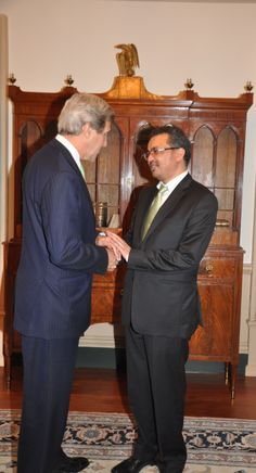 Dr. Tedros talks to US Secretary John Kerry during a visit to the State Department