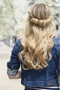 28 Hairstyles That'll Look Gorgeous With Your Easter Hat: Looped Half-Up Super Easy Hairstyles, Hat Hairstyles, Trending Hairstyles, Braided Hairstyles, Updos Hairstyle, Hairstyles 2018, School Hairstyles, Really Curly Hair, Curly Hair Styles