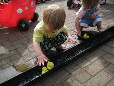 Ducks in the guttering! | Pre-school Play. Je kunt een baan aanleggen in de zandbak zodat het water niet meteen in het zand wordt opgenomen.