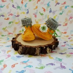 Baby shoes in sun yellow handknitted with crochet flowers - Wir sind PALUNDU - Hochsteckfrisur Crochet Flowers, Hand Knitting, Crochet Necklace, Baby Shoes, Sun, Yellow, Jewelry, Fashion, Green Palette