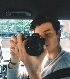 """""""Ɪ ɢᴇᴛ ʟɪᴛᴛʟᴇ ʙɪᴛ ɴᴇʀᴠᴏᴜꜱ ᴀʀᴏᴜɴᴅ ʏᴏᴜ"""" Shawn Mendes was tired of his life . until he met and experienced . Shawn Mendes Fotos, Shawn Mendes Magcon, Shawn Mendes Cute, Celebrity Airport Style, Celebrity Crush, Celebrity Dads, Shawn Mendes Wallpaper, Gossip Girl Fashion, Gossip Girls"""