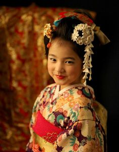 Japanese Costume, Japanese Kimono, Japanese Kids, Japanese Festival, Kids Around The World, Art Japonais, Japanese Hairstyle, Traditional Fashion, Japanese Outfits