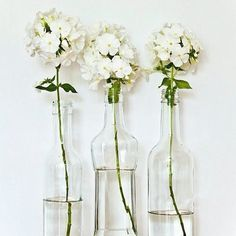 Such a pretty room, accents of colour from the flowers and cushions Love the jasmine in this bouquet This gorgeous. Box Of Flowers, My Flower, Pretty Flowers, White Flowers, Wedding Flowers, Fresh Flowers, Flower Vases, White Hydrangeas, Simple Flowers