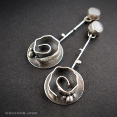 These are similar to my rosebud earrings. Jewelry Crafts, Jewelry Art, Silver Jewelry, Jewelry Design, Unique Jewelry, Copper Earrings, Clay Earrings, Metal Clay Jewelry, Paperclay