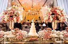 A Classic Wedding Party At The Copacabana Palace. Beautiful Decoration and Rom … - Wedding Cake Mod Wedding, Floral Wedding, Wedding Colors, Party Wedding, Rustic Wedding, Wedding Cake Stands, Amazing Wedding Cakes, Cake Wedding, Cake Table