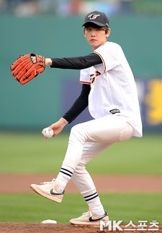 Baekhyun throwing the first pitch at the Hanwha Eagles' game.