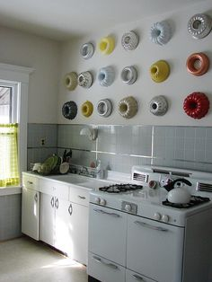 Vintage kitchen, and I love the bundt pans as wall art. - This is giving me ideas for what to do with my bundt pans and also permission to get all those other bundts I want so I can round out my collection