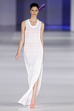 Vestido blanco con abertura lateral en el 080 Barcelona Fashion P/V 2014 #trend #style
